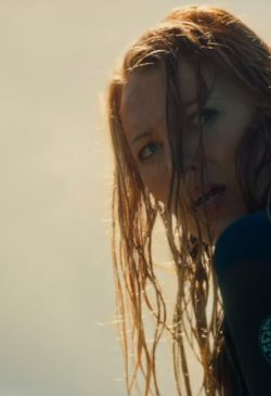 Surf jacket Blake Lively in The Shallows (2016)