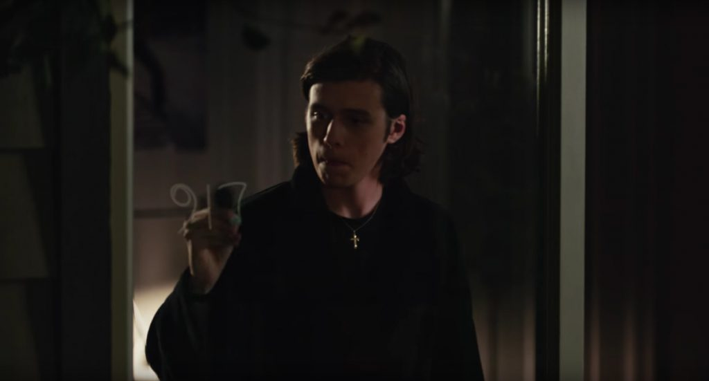 Cross pendant necklace Nick Robinson in Everything, Everything (2017)
