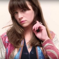 Pendant necklace Britt Robertson in Girlboss trailer