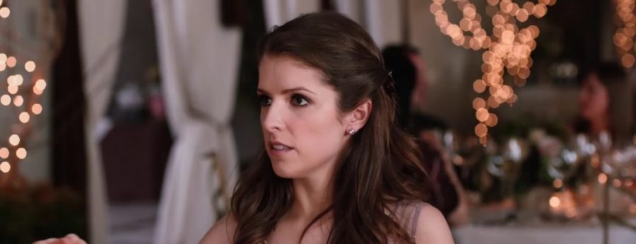 Pink stud earrings Anna Kendrick in Table 19 (2017)