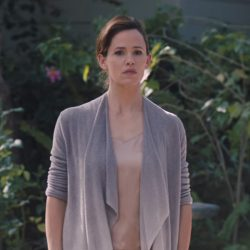 Jennifer Garner's gray draped cardigan in Wakefield (2016)