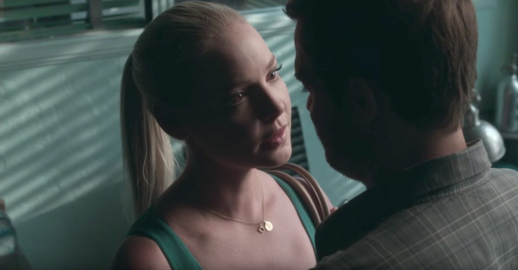 Initial T pendant necklace Katherine Heigl in Unforgettable (2017)