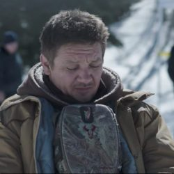 Badlands binocular case Jeremy Renner in Wind River (2017)