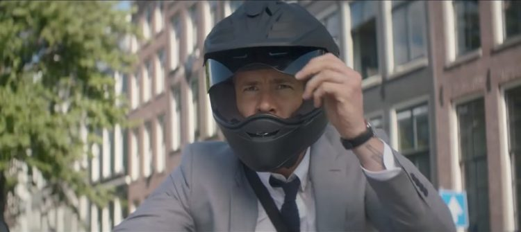 Black motor helmet Ryan Reynolds in The Hitman's Bodyguard (2017)