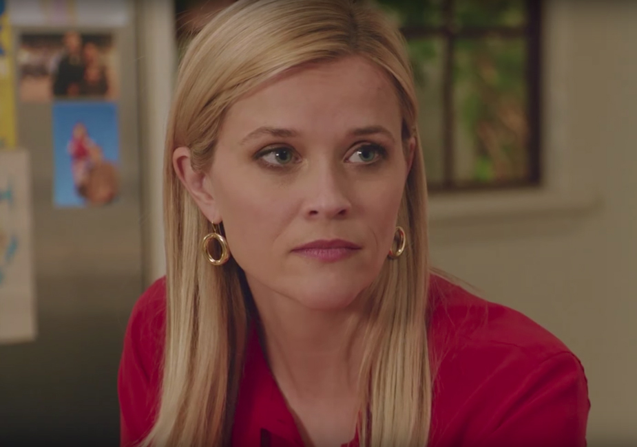 Dangling hoop earrings Reese Witherspoon in Home Again (2017)