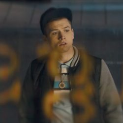 Pendant necklace Taron Egerton in Kingsman: The Golden Circle (2017)
