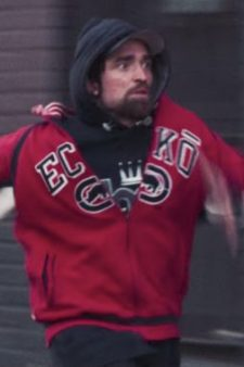 Red Ecko sweatshirt Robert Pattinson in Good Time (2017)
