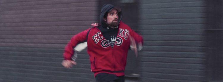 Red Ecko sweatshirt Robert Pattinson in Good Time (2017)