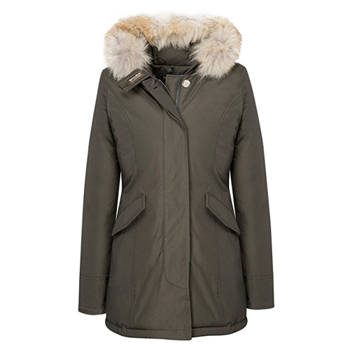 Woolrich parka Mila Kunis in A Bad Moms Christmas (2017)