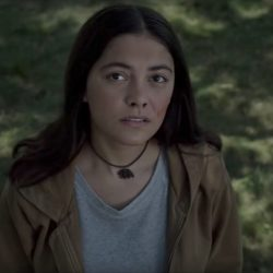 Grizzly Bear Pendant Necklace Blu Hunt in The New Mutants (2018)