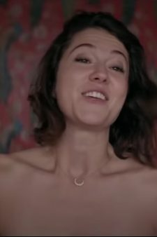Horseshoe Pendant Necklace Mary Elizabeth Winstead in All About Nina (2018)